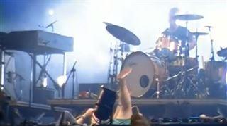 Une fan très excitée chante sur scène et chute en arrière- la réaction de son groupe préféré va surprendre toute la salle (vidéo) 4