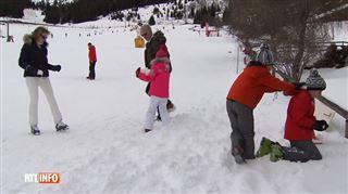 Batailles de boules de neige, cours de glisse, surprises dans le cou- la famille royale s'amuse au ski (vidéo) 2